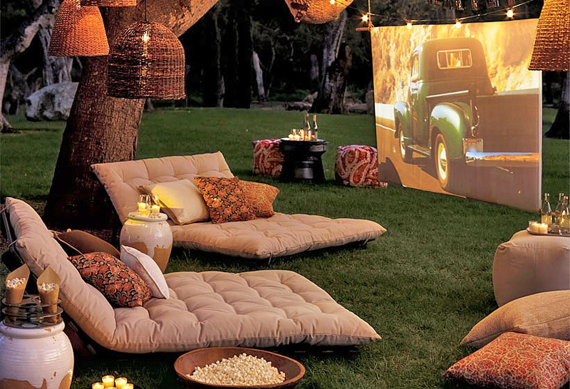 Independence Day Ideas - Outdoor Movie Screen in Backyard - How to